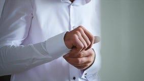 蓝色豪华衣服佩带的链扣的时髦的新郎紧密  股票录像