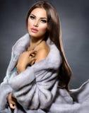 蓝色貂皮皮大衣的女孩 免版税库存照片