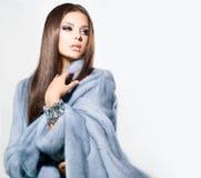 蓝色貂皮皮大衣的女孩 免版税图库摄影