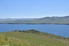 蓝色贝加尔湖和小山的看法 图库摄影