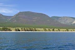 蓝色贝加尔湖和山美好的风景  图库摄影