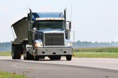 蓝色货物卡车 免版税图库摄影
