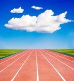 蓝色赛跑的天空跟踪下 免版税库存图片