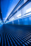 蓝色走廊自动扶梯移动 免版税图库摄影