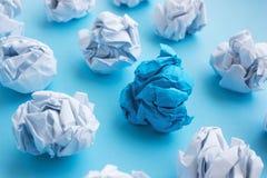 蓝色起了皱纹纸球在白色中的 想法的概念, 免版税库存照片