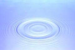 蓝色起波纹的水 免版税库存图片