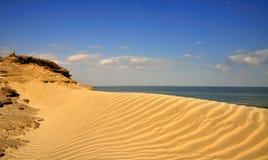 蓝色起波纹的沙子天空 免版税库存图片