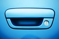 蓝色车门把柄 免版税库存照片