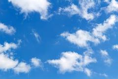 蓝色软绵绵地覆盖天空白色 抽象背景天空 免版税图库摄影