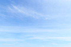 蓝色软绵绵地覆盖美妙的天空白色 图库摄影