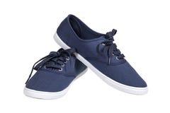 蓝色运动鞋走 免版税库存照片