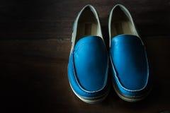蓝色运动鞋鞋子 免版税库存图片