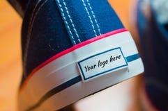蓝色运动鞋从后面与商标的地方 免版税库存图片
