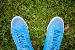 蓝色运动鞋 免版税库存照片