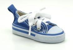 蓝色运动鞋 免版税库存图片