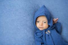 蓝色连衫裤的小婴孩有在他的头的敞篷的 免版税库存图片