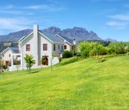 蓝色迷雾山脉的海角式房子 免版税库存图片
