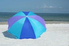 蓝色遮阳伞 库存照片