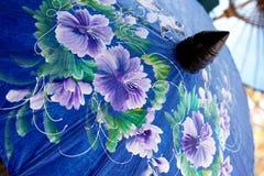 蓝色遮阳伞 库存图片