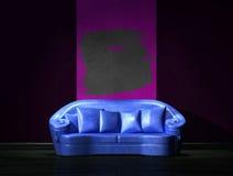 蓝色部分紫色沙发墙壁 库存照片