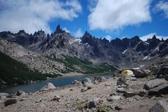 蓝色野营的湖近 库存图片