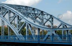 蓝色金属桥梁 免版税库存照片