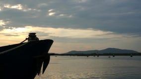 蓝色金属船弓有生锈的船锚的在船坞停泊了 股票视频