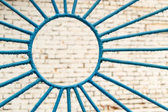 蓝色金属螺旋和圈子 免版税库存照片