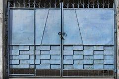 蓝色金属门 免版税图库摄影