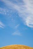 蓝色金黄小山顶天空 免版税库存照片