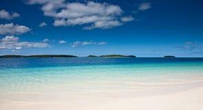 蓝色铺沙空白汤加的水 免版税库存照片