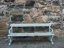 蓝色长凳石墙 库存图片