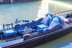 蓝色长平底船在大运河的威尼斯 库存图片