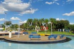 蓝色长木凳在一个好的公园 免版税图库摄影