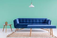 蓝色长沙发在候诊室 库存图片