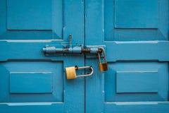 蓝色门双锁 免版税图库摄影