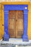 蓝色门周围 免版税库存照片