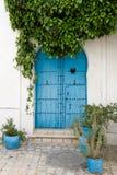 蓝色门和大厦白色墙壁在西迪布赛义德 库存图片
