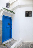 蓝色门和白色墙壁。麦地那,唐基尔,摩洛哥 免版税库存照片