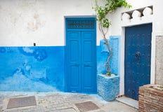 蓝色门和白色墙壁。Tanger,摩洛哥 库存照片