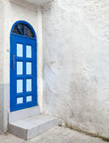 蓝色门和白色墙壁。Tanger,摩洛哥 库存图片