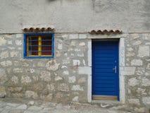 蓝色门和窗口在Rovinj 免版税图库摄影