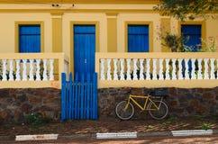 蓝色门和自行车 图库摄影