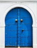 蓝色门和门与装饰品从西迪布赛义德 库存图片