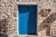 蓝色门圣托里尼 免版税库存照片