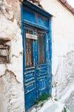 蓝色门在老村庄在希腊 免版税库存图片