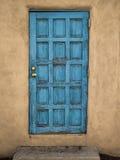 蓝色门泥墙壁 库存照片