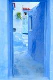 蓝色门道入口和猫,舍夫沙万,摩洛哥 图库摄影