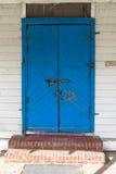 蓝色门锁定了 库存图片
