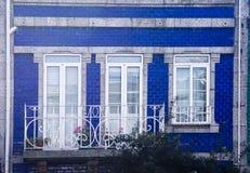 蓝色门面吉马朗伊什葡萄牙 免版税图库摄影